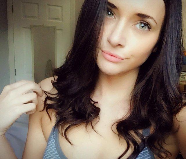 Belle fille brune. Rencontres pour une nuit.
