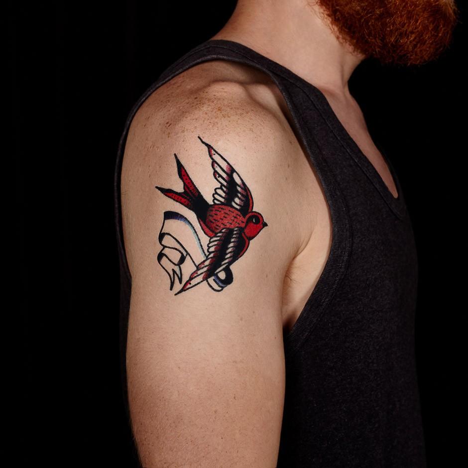 Tatouage Plume Hirondelle destiné tatouage hirondelle cou. trop belle cette  hirondelle with tatouage