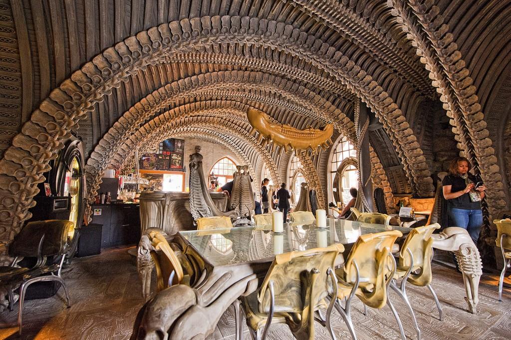 Les 10 bars restaurants les plus insolites de la plan te - Restaurant vaise tout le monde a table ...