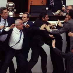 Une bagarre générale éclate une nouvelle fois au Parlement turc
