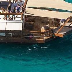 Un bar/pizzeria sous forme de bateau au Fidji