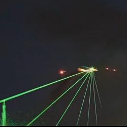Un avion synchronisé avec la musique lâche des feux d'artifice
