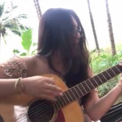 Cette fille casse une corde en jouant de la guitare