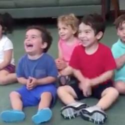 Le fou rire communicatif d'un enfant