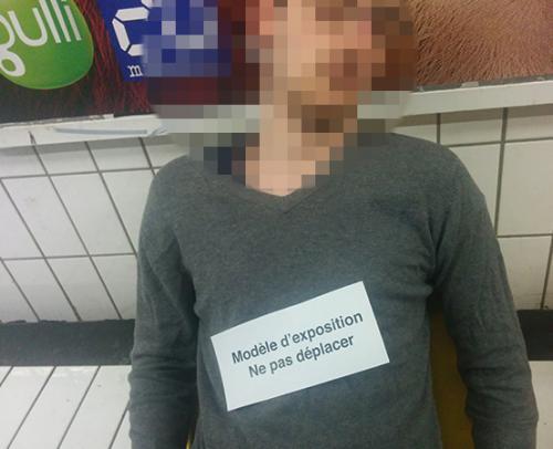 Quand quelqu'un s'amuse à laisser des mots sur les gens endormis dans le métro