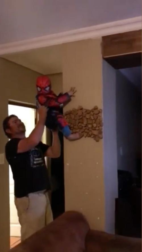 Un papa permet à son fils de se prendre pour le vrai Spiderman