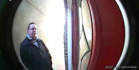 Il se fait chier dessus en attendant devant chez son pote